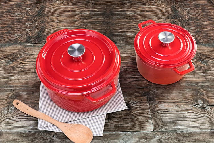 Ovela Cast Iron Casserole Dish 2.5L (Red)