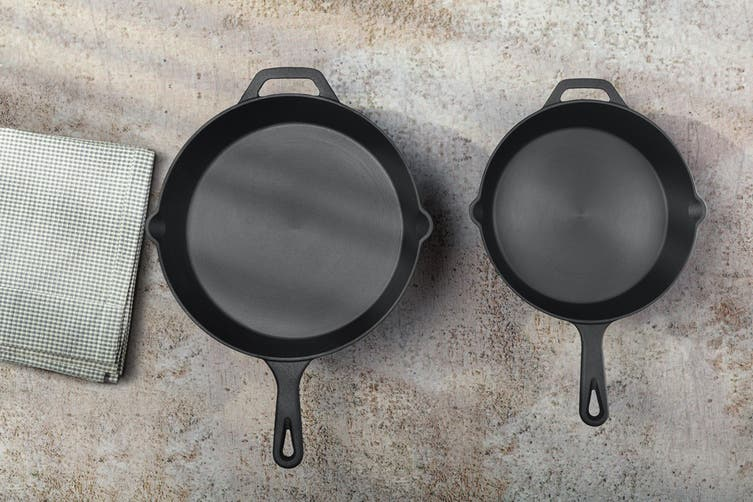 Ovela 26cm Polished Pre Seasoned Cast Iron Skillet with Silicon Accessories